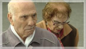 Urbano y Casimira, a la salida del juzgado al que acudieron por robar una lata de anchoas de un euro.